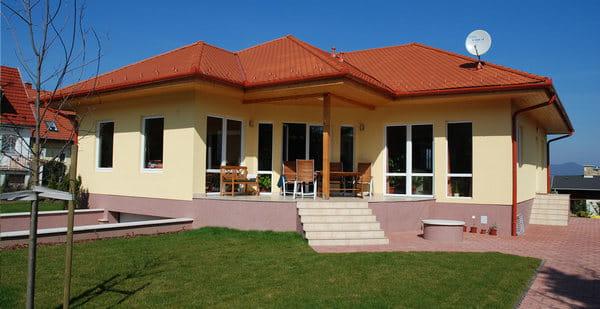 A könnyűszerkezetes ház építése lépésről lépésre követhető az ügyfelek által
